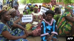 """Des enseignants tchadiens, en grevé, brandissent des calicots sur lesquels il est écrit : """"notre salaire aujourd'hui"""", dans l'une des rues principales de la capitale N'Djamena, le 21 juin 2007 """"."""