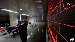26일 중국 베이징 증권거래소에서 투자자들이 증시 현황을 살펴보고 있다.