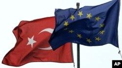 Cờ Thổ Nhĩ Kỳ và Liên hiệp Châu Âu trên một tòa nhà ở Istanbul.