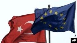 Bendera Turki (kiri) berkibar di sebelah bendera Uni Eropa. Turki memulai perundingan mengenai keanggotannya dalam Uni Eropa tahun 2005, namun proses itu berjalan sangat lambat (foto: dok).