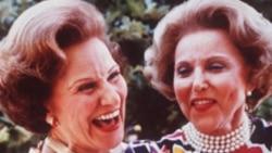 Hai chi em song sinh, bà Ann Landers (phải) và bà Pauline