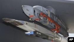 Le prototype X-51A Waverider, chargé sur le B-52 qui l'a lancé au-dessus du Pacifique, avant qu'il ne s'abîme dans l'océan