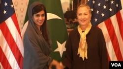 Menlu Pakistan, Hina Rabbani Khar (kiri) bertemu Menlu AS Hillary Clinton di New York (19/9).