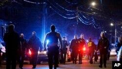 Para petugas polisi di Watertown, Massachusetts, Jumat (19/4), tempat seorang tersangka pemboman Boston tewas dalam baku tembak. (AP/Matt Rourke)