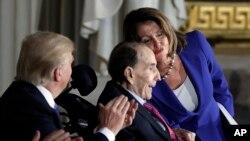Ish Senatori Bob Dole nderohet me Medaljen e Artë të Kongresit