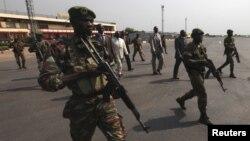 Phiến quân cho biết họ có thể tiến vào thủ đô, tuy Tổng thống Francois Bozize (áo trắng) đã đề nghị thành lập một chính phủ đoàn kết.