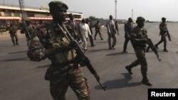 Presidente centro-africano Francois Bozize (de branco) rodeado de forte segurança