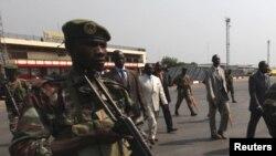 Presiden Republik Afrika Tengah (CAR), Francois Bozize (tengah, berbaju putih) tiba di bandara di Bangui untuk bertemu kepala koalisi Afrika Thomas Yayi Boni (tidak nampak dalam gambar) (30/12).