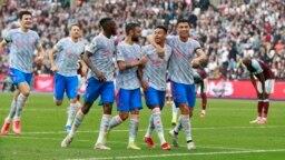 'Yan wasan Manchester United suna murnar kwallo ta biyu da suka zura a ragar West Ham.