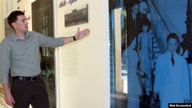 Giáo sư sử học Edward Miller tại khu trưng bày. Ảnh: VNExpress