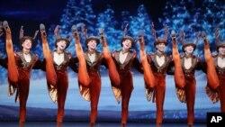 """紐約無線電城音樂廳表演的""""火箭女郎""""(Rockettes)舞蹈團"""