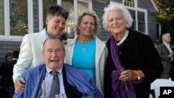 Mantan presiden AS George H.W. Bush (depan) bersama istrinya Barbara (kanan), menghadiri perkawinan dua sahabat mereka di Maine, 2013.