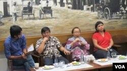 Diskusi mengenai parpolisasi DPD digelar oleh Koalisi Masyarakat Sipil untuk Penegak Citra Parlemen di sebuah kafe di kawasan Cikini, Jakarta Pusat, Minggu 12/3. (Foto: VOA/Fathiyah Wardah)