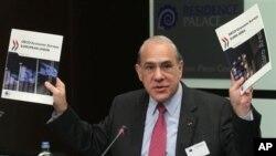 經合組織秘書長古里亞(右)3月27在布魯塞爾向媒體展示最新的調查報告