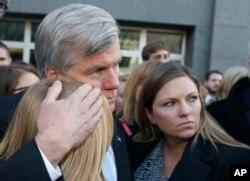 前维吉尼亚州长麦克唐纳在里士满联邦法庭外与两位女儿拥抱。他因腐败罪被判两年监禁。(2014年1月6日)