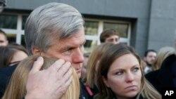 ورجینیا کے سابق گورنر سزا کا فیصلہ سننے کے بعد عدالت کے باہر اپنی دو بیٹیوں کو گلے لگائے ہوئے ہیں۔