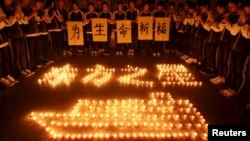 Các học sinh ở tỉnh Chiết Giang thắp nến tưởng niệm các nạn nhân của vụ tàu chìm trên sông Dương Tử.