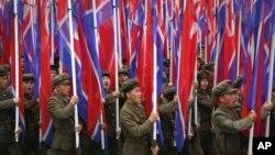 지난 10일 평양에서 열린 7차 노동당 대회 경축 군중집회에서 군인들이 북한 인공기를 들고 행진하고 있다.