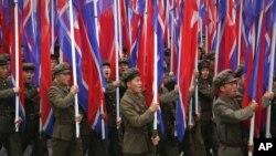 지난달 10일 북한 평양에서 열린 7차 노동당 대회 경축 군중집회에서 군인들이 인공기를 들고 행진하고 있다. (자료사진)