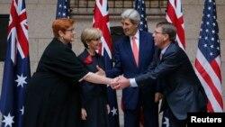 Từ phải sang: Bộ trưởng Quốc phòng Mỹ Ash Carter, Ngoại trưởng Mỹ John Kerry, Ngoại trưởng Australia Julie Bishop và Bộ trưởng Quốc phòng Australia Marise Payne tại Hội nghị Tham vấn Bộ trưởng Australia-Mỹ thường niên, ở Boston, Massachusetts, ngày 13/10/2015.