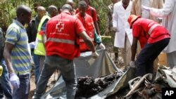 Wafanyakazi wa shirika la Msalaba Mwekendu Kenya wakifukua mabaki ya maiti za watu sita waliokufa katika milima ya Ngong, Nairobi, June 10, 2012.