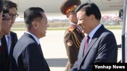 류윈산 공산당 중앙정치국 상무위원(오른쪽)이 북한 노동당 창건 70주년 기념일을 하루 앞둔 9일 평양 순안국제공항에 도착해 비행기에서 내리고 있다.