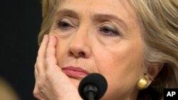 미국의 힐러리 클린턴 전 국무장관이 지난해 10월 연방 하원 벵가지 청문회에서 턱을 괸 채 다른 참석자의 발언을 듣고 있다. (자료사진)
