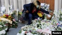Một phụ nữ mang hoa tới tưởng niệm các nạn nhân của vụ tấn công bằng dao gây tử vong tại nhà thờ Notre Dame ở Nice, Pháp, ngày 30/10/ 2020. REUTERS/Eric Gaillard