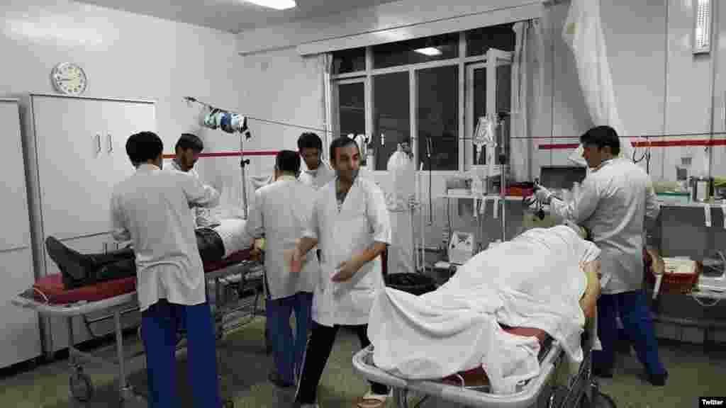 حملے میں 30 سے زائد افراد زخمی بھی ہوئے جن میں غیر ملکی اساتذہ بھی شامل ہیں۔