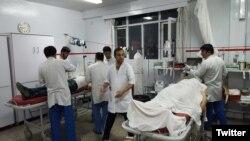 یک حساب توئیتری این عکس را از مجروحان به بیمارستان منتقل شده، منتشر کرده است.