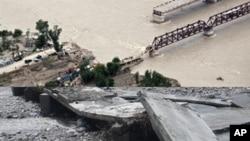 سوات میں سیلاب سے تباہ ہونے والے ایک پل کا منظر