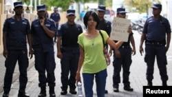 馬爾代夫總統候選人穆罕默德.納希德的一名支持者10月19日在一場抗議中舉著一張標語牌.