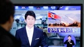 Raia mmoja wa Korea Kusini akifuatilia kwenye televisheni urushaji wa makombora uliofanywa na Korea Kaskazini.