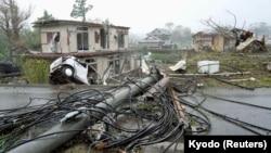 Topan kuat Hagibis merusak rumah, mobil dan jaringan listrik di Tokyo timur hari Minggu (13/10).