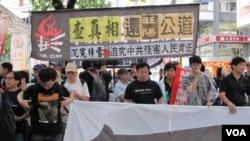 香港人示威,要求还李旺阳公道(2012年6月30日,美国之音丁力拍摄)