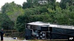 Bus penumpang yang mengalami kecelakaan di Mahahual, Quintana Roo, Meksiko hari Selasa (19/12).