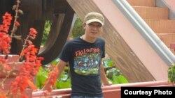 Nhạc sĩ bất đồng chính kiến Việt Khang vừa mãn hạn 4 năm tù vì hai bài hát chống Trung Quốc và chất vấn chính sách cai trị của nhà cầm quyền Việt Nam: 'Việt Nam tôi đâu' và 'Xin hỏi anh là ai'.