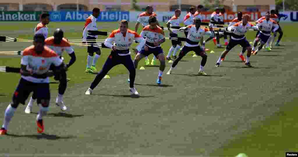 A selecção da Holanda numa sessão de treino em Lagos, Portugal, em Maio 22, 2014, na preparação para o Mundial de Futebol que se realiza em 12 cidades do Brasil de 12 de Junho a 13 de Julho.