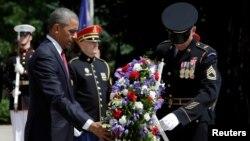 미국 '메모리얼 데이'을 맞은 30일 바락 오바마 미국 대통령이 알링턴 국립묘지 '무명의 묘'에 헌화하고 있다.
