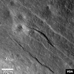 Celah-celah pada permukaan Bulan, yang disebut graben, menunjukkan bahwa Bulan secara gelogis masih aktif.