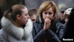 Warga berduka di lokasi tewasnya demonstran anti-Yanukovich di Kyiv.