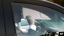 지난해 미국 대통령 선거 당시 트럼프 선거대책본부장을 지낸 폴 매너포트 씨가 30일 미 연방수사국(FBI)에 출두하기 위해 워싱턴 근교 버지니아 알렉산드리아의 자택을 떠나고 있다.