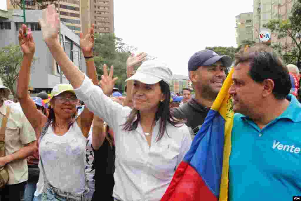 La activista María Corina Machado llegó hasta el centro comercial El líder para encabezar una de las protestas.