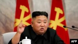 北韓官方的朝中社2020年5月24日發布的照片顯示,北韓領導人金正恩在未透露的地點出席勞動黨中央軍委會議。
