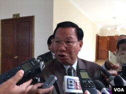 Chheang Vun, CPP lawmaker and spokesman, spoke to journalists after attending the permanent committee meeting at the National Assembly, in Phnom Penh, January 23, 2017. (Kann Vicheika/VOA Khmer)