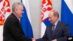 Ruski predsednik Vladimir Putin i predsednik Srbije Tomislav Nikolić se rukuju za vreme ceremonije potpisivanja Deklaracije o strateškom partnerstvu u Sočiju.