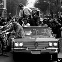 民主党总统参选人罗伯特.肯尼迪1968年5月13日在底特律展开竞选活动