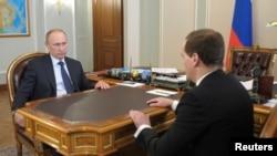 俄羅斯總統普京(左)和總理梅德韋傑夫(右),4月19日在莫斯科商議烏克蘭局勢。
