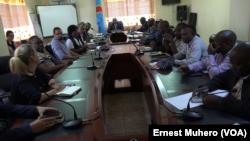 Réunion de crise de la commission de la riposte contre la maladie à virus Ebola dans le Sud-Kivu, le 16 août 2019. (VOA/Ernest Muhero)