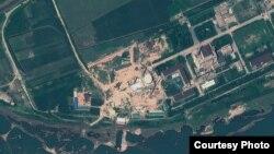 북한 영변 핵 시설의 지난 8월 6일 인공위성 사진. 경수로 건물 꼭대기에 새롭게 반구형 지붕을 설치한 것을 확인할 수 있다. 지오아이(GeoEye) 제공.